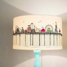 Diy lampenschirm upcycling ideen kreativ gestalten skyline sticken сделай с Applique Fabric, Drum Shade, Lamp Shades, Machine Embroidery, Diy Home Decor, Diy And Crafts, Diy Lampshade, Painted Lampshade, Decorate Lampshade