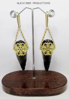 Handmade brass and obsidian arrowpoint earweights #earweights #lobeweights #brassweights #arrowpointsearrings #earrings #brassjewelry #handmadejewelry #filigreeearrings #arrowpoint #obsidianjewelry #ethnicjewelry #bodymodorganics #diablorganics #earrings #piercing #pesos #alexcyberproductions #alexcyberbodyart #piercingbarcelona #barcelonapiercing