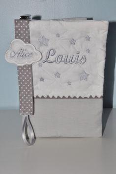 prénom Box cadeau naissance: protège-carnet de santé gris+attache-tétine/sucette nuage brodées personnalisées brodé au nom : Puériculture par lbm-creation