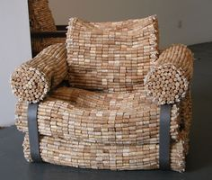 Mobiliários rústicos e criativos: Imagine uma poltrona inteiramente feita com 3000 rolhas de garrafas de vinho!