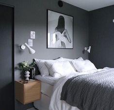 szara ściana, białe kinkiety, drewniane szafki