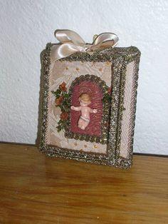 Menino Jesus - relicário ou registo Caixa de vidro facetado,  tecido brocado ...decorado com flores