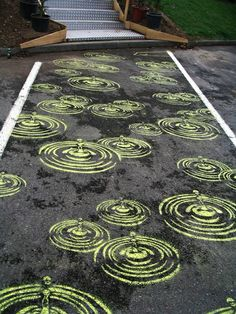 Pedestrian street Art - Peter Gibson (aka Roadsworth) began painting the streets of Montreal in the fall of How to translate into a tattoo correctly. 3d Street Art, Street Art Graffiti, Street Mural, Graffiti Artists, Zebra Crossing, Sidewalk Chalk Art, Cross Art, Chalk Drawings, Illusion Art