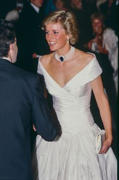 Diana Princess of Wales attends a Ballet performance at The London. News Photo - Getty Images Diana Princess of Wales attends a Ballet performance at The London Coliseum, in London's West End, on July 1992 in London, United Kingdom. Real Princess, Prince And Princess, Princess Kate, Princess Of Wales, Princess Diana Fashion, Princess Diana Pictures, Norfolk, Princesa Diana, La Bayadere