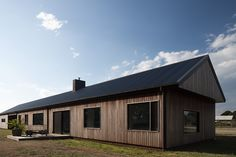Literally named Trentham Long House created by MRTN Architects to exemplify contemporary rustic design principles Rustic Contemporary, Modern Barn, Modern Farmhouse, Wood Cladding, Exterior Cladding, Long House, House 2, Shed Homes, Barn Homes