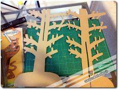 Il cartone è robusto e si può usare per costruire espositori da usare nelle più svariate occasioni senza spendere e, anzi, riciclando! L'importante è usare un cartone bello robusto con l'interno ondulato (quelli classici degli scatoloni) ...