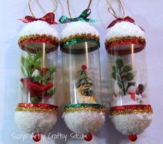 Enfeites de árvore de Natal com bonecos de neve dentro, feitos com garrafa pet.