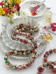 Collier en perles fleuries avec des boules de cotillon enfilées dans du liberty n°65