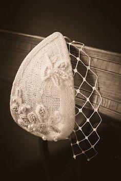 Pequeño casquete vintage con velo de redecilla para cubrir los ojos. #Blog #Innovias
