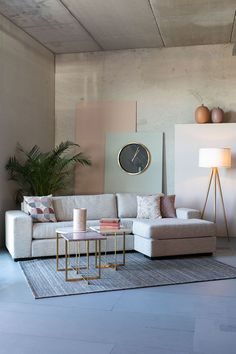 Stylová a prostorná pohovka čalouněná příjemnou látkou. Aalborg, Aarhus, Couch, Table, Furniture, Home Decor, Products, Chaise Longue, Velvet