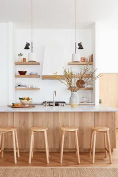 Minimalist decor – Eclectic Home Decor Today Cottage Kitchens, Home Kitchens, Modern Kitchens, Minimalist Kitchen, Minimalist Decor, Gold Kitchen, Kitchen Dining, Kitchen Cabinets, Küchen Design
