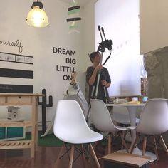 La hemos pillado!qué se traerá entre manos @aurea_iamamess en nuestro #handboxstudio ? El lunes os lo contamos!!!! #madrid #condeduque  #bloggerdiy #bloggerhandbox #craft #diy #craftersofinstagram #craftersforinstagram  #spray #pinturadespray #instadiy #crafty #crafters #handbox #bloggerdiy #instablogger #liveauthentic #lifethelittlethings #instamood #thehappynow #calledtobecreative #makersgonnamake #craftsposure #wearethemakers #colorcolourlovers #colorventures #yosoydehandbox…