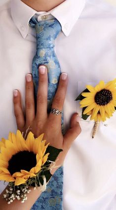 sunflower homecoming 🌻👔👗 uploaded by 𝓒𝓮𝓵𝓲𝓷𝓪☕️🌻🌞🍂 Prom Pictures Couples, Homecoming Pictures, Prom Couples, Prom Photos, Dance Pictures, Cute Couples, Prom Pics, Dance Dresses, Prom Dresses