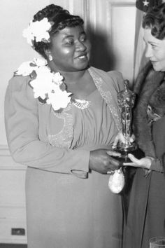 A history of Oscar fashion Hattie McDaniel, Left, Gets Academy Award Old Hollywood Glamour, Classic Hollywood, Vintage Hollywood, Glamour Movie, Best Actor Oscar, Hattie Mcdaniel, Sculpted Arms, Freida Pinto, Oscar Fashion