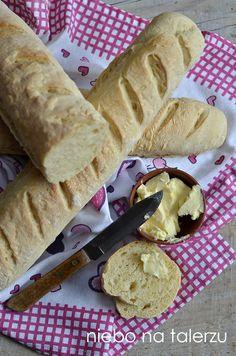 Najlepsza domowa bagietka francuska, bardzo puszysta, miękka, drożdżowa, chrupiąca, najlepsza z masłem, świeża, pachnąca w całej kuchni.