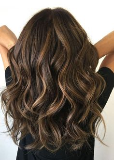 Wavy chocolate balayage hair dyed hair, brunette hair highlights, baylage o Brunette Hair With Highlights, Brown Blonde Hair, Bayalage Brunette, Color Highlights, Brunette Color, Brown Hair With Balayage, Dark Brown Hair With Highlights And Lowlights, Brunette With Lowlights, Honey Highlights