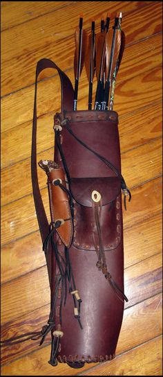 Hill-style quiver with pocket and decorative lace