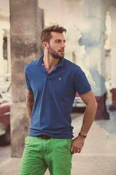 A camisa polo azul com a bermuda verde criou um estilo mais descolado com cores contrastantes