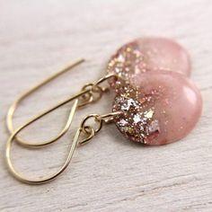 DIY Schmuck und Nagellack Refashion Tutorial von Home Heart Craft. - DIY Schmuck und Nagellack Refashion Tutorial von Home Heart Craft. Wire Jewelry, Jewelry Crafts, Beaded Jewelry, Jewelery, Jewelry Ideas, Jewelry Holder, Jewelry Rack, Diy Jewelry Inspiration, Jewelry Design Earrings