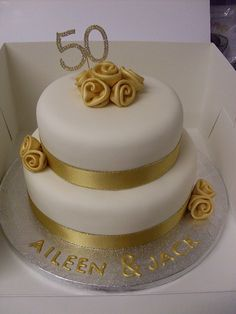 Banana cake with banana - HQ Recipes Golden Anniversary Cake, 50th Wedding Anniversary Cakes, Anniversary Cookies, Anniversary Ideas, 50th Cake, Elegant Wedding Cakes, Celebration Cakes, Cake Decorating, Rose Frosting