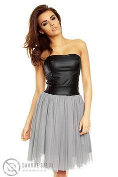 Tiulowa, rozkloszowana sukienka ze skórzanym gorsetem