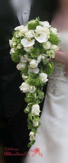 Dianthus, rosa, phalaenopsis zo hoort een druppel vormig bruidsboeket te zijn. Prachtig! my compliments