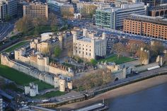 An aerial view of the Tower of London castle, first built c. CE by William the Conqueror. The castle was then extended and modified over the subsequent. Chateau Medieval, Medieval Castle, Monuments, Castle Floor Plan, Norman Castle, Kids Attractions, 100 Things To Do, Most Haunted Places, Tower Of London