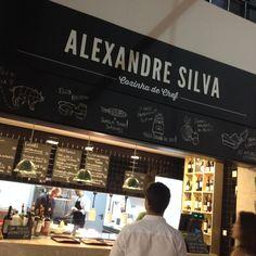 TIME OUT MERCADO DA RIBEIRA Surtout ne ratez pas le corner du chef Alexandre Silva ! Grand gagnant de l'émission Top Chef au Portugal, il offre une version moderne de la cuisine portugaise. Mention spéciale pour son ceviche de bacalhau et pour sa soupe de fraise avec glace au fromage blanc et crumble de cacahuète !