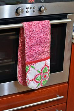 Double pot holders/ Double Oven Mitt/ Casserole by DinDinGifts Kitchen Hand Towels, Dish Towels, Dish Towel Crafts, Sewing Hacks, Sewing Crafts, Mug Cozy, Oven Glove, Creation Couture, Small Quilts