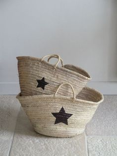 diy star baskets - all you need is a basket, a star template, a black marker and 15 minutes! Same idea but diff template in closets & kids play room Diy Projects To Try, Craft Projects, Painted Baskets, Wicker Baskets, Star Template, Star Stencil, Diy Sac, Basket Bag, Little Star