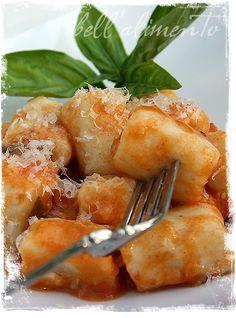 Gnocchi con Sugo di Pomodoro {Gnocchi with a light Tomato Sauce}