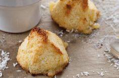 ROCHEDOS DE COCO 60 g de coco ralado + 50 g de açúcar + 1 clara Para preparar estes rochedos de coco, misture com o fouet o ovo e o açúcar, acrescente o coco ralado e misture de novo. Faça bolinhas com a massa. Coloque num tabuleiro ou placa e asse no forno por 10 a 15 minutos, mais ou menos. Deixe esfriar e saboreie! Você pode fazê-los usando um saco de confeiteiro, com um bico de pitanga  grande, eles ficarão lindos...
