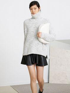 Mini jupe à godets en cuir + gros pull col cheminé = le bon mix cosy/trendy du moment (Zara)