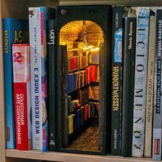 I book nook sono dei piccoli diorami che trovano collocazione tra i libri Vitrine Miniature, Miniature Rooms, Miniature Crafts, Small Doors, Small Shelves, Corner Shelves, Floating Shelves, World Of Books, Big Books