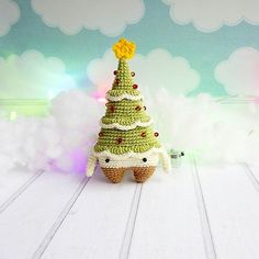 Самый главный новогодний атрибут это красивая ёлочка, на которой сверкают разноцветные шарики-украшения, переливаются гирлянды, а где-то внизу, под ветками прячатся подарки 😊  Только представьте, и сразу хочется нового года!    А эта елочка еще маленькая, чтоб прятать под нее подарки) она сама станет отличным подарком 🎁 И нарядилась уже шариками и звездой    Ищет теплый дом и руки, где ей не будет холодно)  Связана по описанию #lalylala