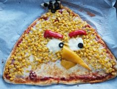 Vogel-Pizza ---   Angry Birds pizza - Yellow Bird: cheese, corn, red & yellow pepper, mozzarella & black olives