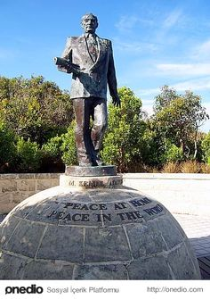Albany, Western Australia Under the statue 'in memory of Kemal Atatürk' 'and' 'Anzac day on 25 April 1985' is written.