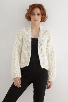 This knitting cardigan pattern is a fresh, short-line silhouette, ideal for an all-day outfit. #cardigan #chunkyknitcardiganpattern #chunkycardigan #cardiganknittingpattern #chunkyknitcardigan #chunkycardiganknittingpattern #knitcardiganpattern #chunkycardiganpattern #knitcardigan #cardiganpattern #knittingpatternsforwomen Knit Cardigan Pattern, Chunky Knit Cardigan, Beanie Pattern, Cropped Cardigan, Easy Knitting Patterns, Outfit Of The Day, Silhouette, Fresh, Stitch