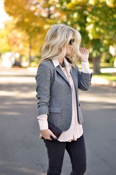 Grey blazer pink blouse with dark grey pants Grey Blazer Outfit, Look Blazer, Blazer Outfits, Blouse Outfit, Jean Outfits, Cute Outfits, Work Outfits, Trajes Business Casual, Business Casual Outfits