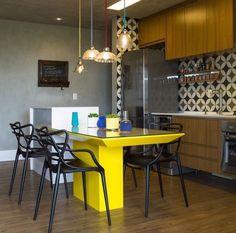 Cozinha com mesa amarela e ladrilho hidráulico por Gabriela Marques  #kitchen #homedecor #decoração #cocina #apartamentodecorado #cozinhaplanejada #cozinhamoderna #interiordesign #cozinhaintegrada