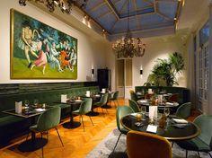 Hotel Damier Kortrijk; een charmant viersterrenhotel, gelegen op de Grote Markt in Kortrijk, met een geklasseerde gevel uit 1769.  Dit luxueus hotel charmeert onze gasten al meer dan honderden jaren met stijlvolle en elegante kamers. De levendige atmosfee