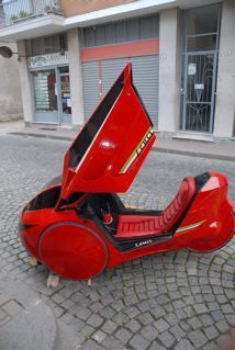I would love to drive this completely enclosed trike to class.
