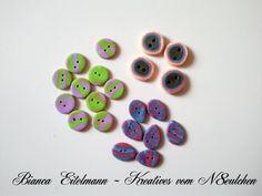 Drei Arten von einzigartige Knöpfen  (insgesamt 20 Stück)    1.) 4 Stück  Form: rund  Farben: olivgrün, blau, pink, hellgelb, hellorange  Material: Po