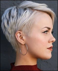 If you have fine hair, you can constantly look for the perfect hairstyle to get thicker and larger curls. And if you are looking for bob hairstyles for fine hair, you know there are countless shorter hairstyles for women with finer wicks. Pixie Cut Blond, Messy Pixie Haircut, Short Pixie Haircuts, Pixie Hairstyles, Bob Haircuts, Pixie Cuts, Edgy Pixie, Popular Hairstyles, Short Hairstyles For Thick Hair