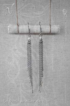 Réalisation [ Fait-Main ] avec du fil aluminium (Ø2mm), un anneau d'aluminium, des perles de rocaille et des chaînes. Les crochets d'oreilles sont en acier inoxydable ainsi que les chaînes. Petites boucles d'oreilles ou boucles d'oreille à assortir avec tenue et maquillage, selon l'envie. Facile à mettre et enlever, la boucle d'oreille est légère et se dandine au gré des mouvements, avec de petits tintements agréables qui permettent de rappeler l'instant présent, si l'on est à l'écoute.