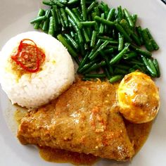 Indonesian chicken and egg curry with stir fried long beans, served with jasmine rice.  #indonesianfood #curry #longbeans #eggs #coconutsauce #kariayam #lekkereten #lekker #homecooking