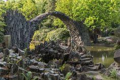 幻想的な円形模様!水の鏡で映し出されたドイツの「悪魔の橋」 Rakotz Bridge, Garden Bridge, Germany, Outdoor Structures, Earth, City, Water, Places, Bridge