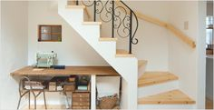 アイアン飾りが印象的なリビング階段。階段下を活かしたカウンターもおしゃれアイアン飾りが印象的なリビング階段