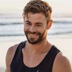 Chris Hemsworth Kids, Hemsworth Brothers, Mens Hairstyles 2018, Men's Hairstyles, Australian Actors, The Best Films, Actor Model, Attractive Men, Jamie Dornan