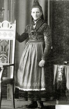 Junge Frau aus Rollshausen in Marburger Tracht, um 1920